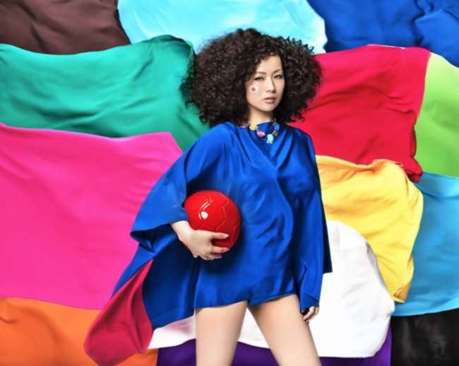 キャンペーンごとにイメージ写真を公開するのが椎名林檎の最近のパターンですが今回はブラジルっぽいです。本当にセンスいいなー
